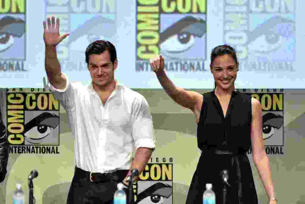 """Ator Henry Cavill (""""Superman""""), ao lado de Gal Gadot, a nova Mulher Maravilha; heróis estarão em """"Batman v Superman"""" - Kevin Winter/AFP"""