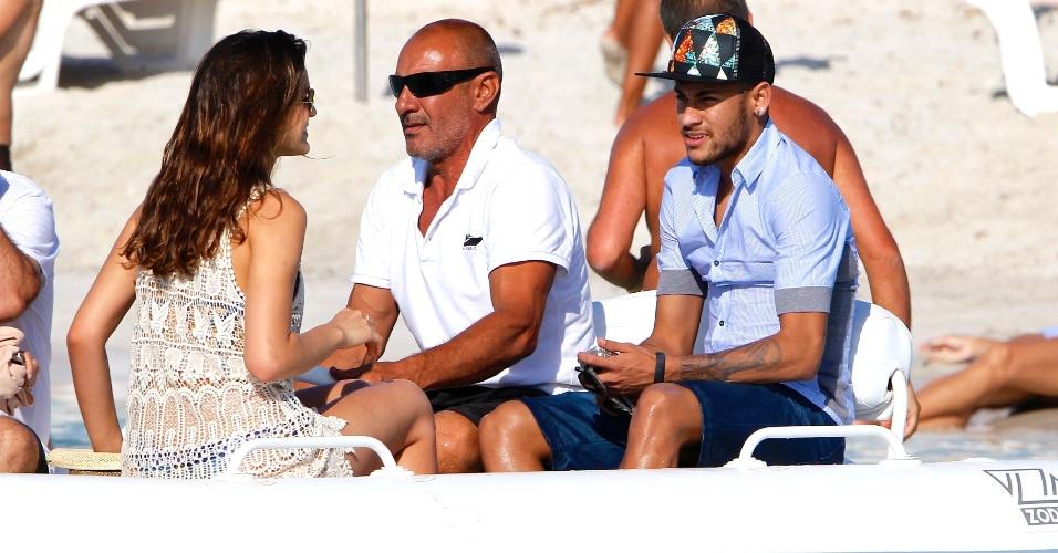 Bruna Marquezine e Neymar aproveitaram o sol na praia de Formentera, na Espanha, para passear de lancha