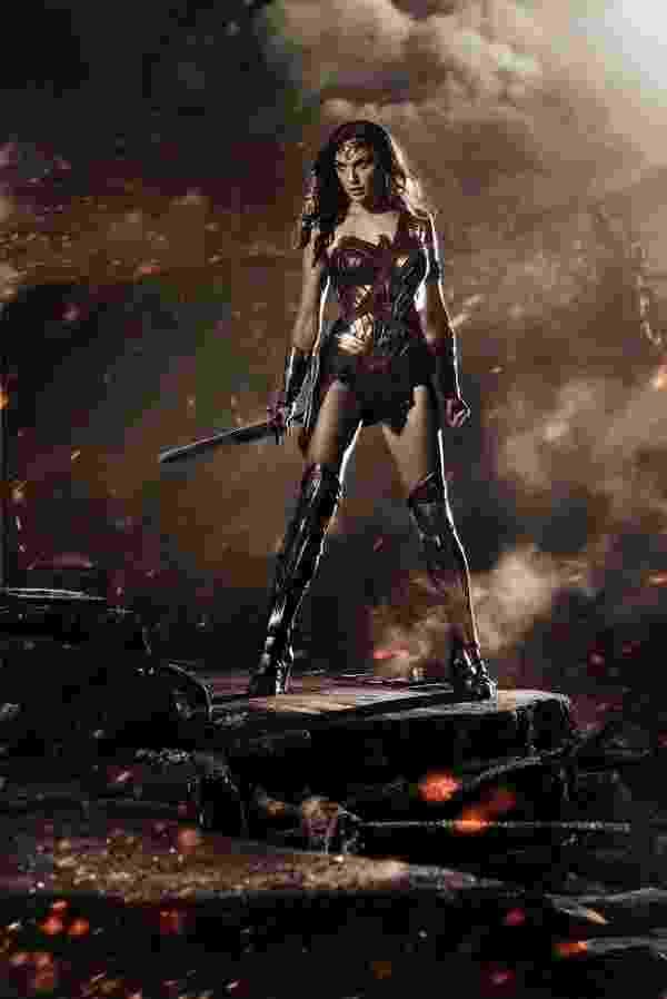"""Surpresa no painel da Warber, Mulher-Maravilha aparece em pôster do filme """"Batman v. Super Man"""" na Comic-Con - Divulgação"""