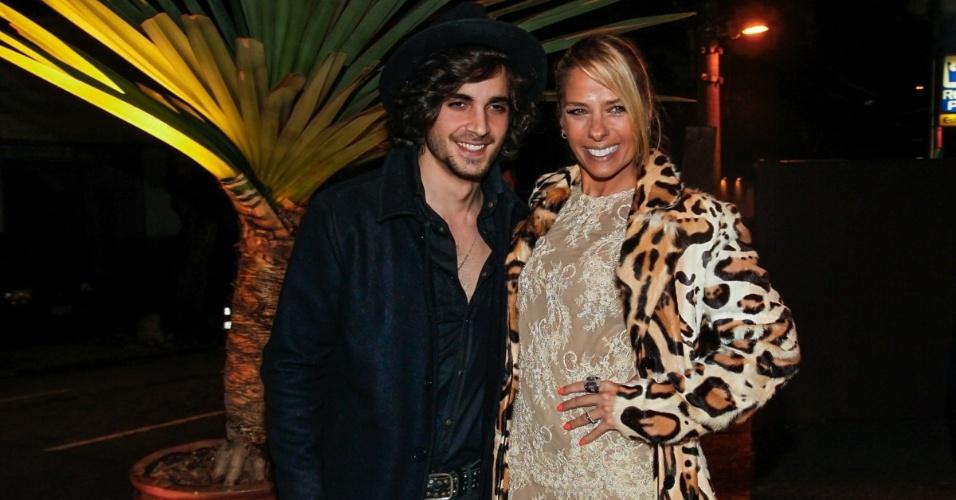 27.jul.2014 - Fiuk e Adriane Galisteu se encontraram no casamento da filha do empresário do cantor na noite de sábado em São Paulo