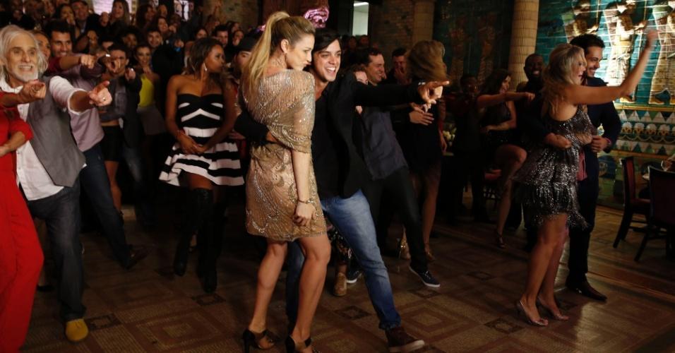 """27.jul.2014 - Luana Piovani e Rodrigo Simas dançaram bastante na gravação do quadro do """"Domingão do Faustão"""""""