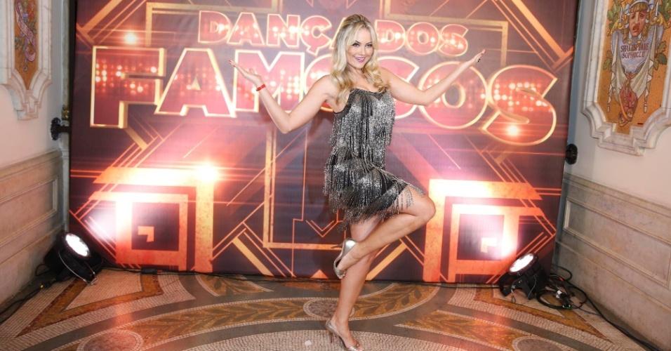 27.jul.2014- Ellen Roche estava animada antes da gravação da abertura do Dança dos Famosos no Teatro Municipal do Rio de Janeiro