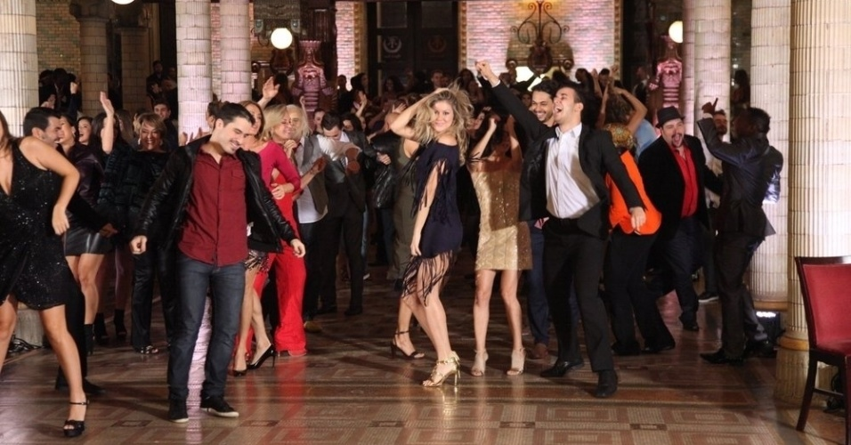 27.jul.2014- Famosos não se intimidaram na hora da gravação e dançaram bastante diante das câmeras