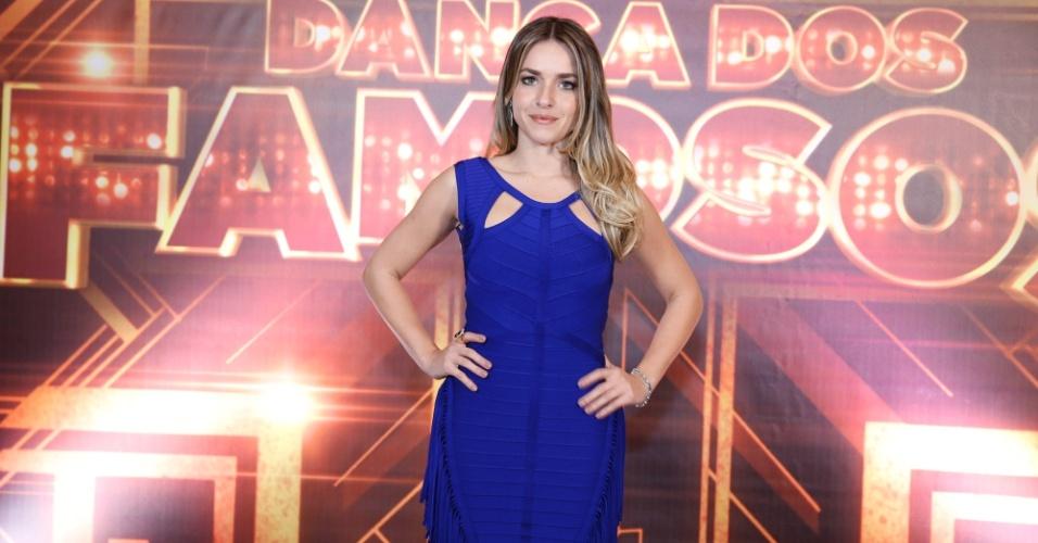 """27.jul.2014- Monique Alfradique escolheu um vestido azul para """"bailar"""" no Teatro Municipal e não escondeu que estava nervosa"""