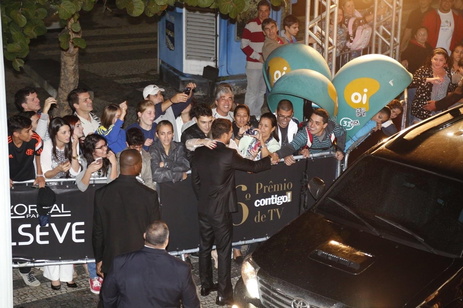 28.jul.2014 - Cauã Reymond atendeu aos fãs assim que chegou ao hotel Copacabana Palace para a 16ª edição do Prêmio Contigo! de TV