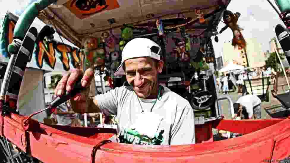 Carrinhos de catadores de sucata são a matéria-prima do Pimp My Carroça, projeto de grafiteiros em São Paulo que completa dois anos - Nego Junior/Pimp My Carroça
