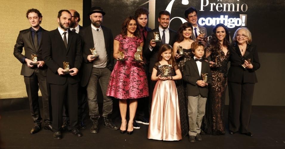 28.jul.2014 - Atores e diretores posam com seus respectivos troféus ao final da 16ª edição do Prêmio Contigo! de TV, realizado no hotel Copacabana Palace, no Rio