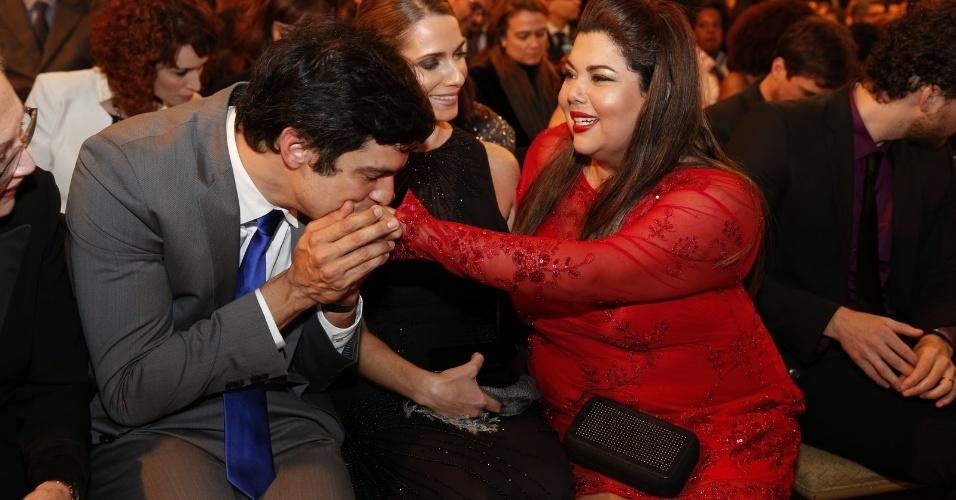 28.jul.2014 - Mateus Solano beija a mão de Fabiana Karla na 16ª edição do Prêmio Contigo! de TV, realizado no hotel Copacabana Palace, no Rio