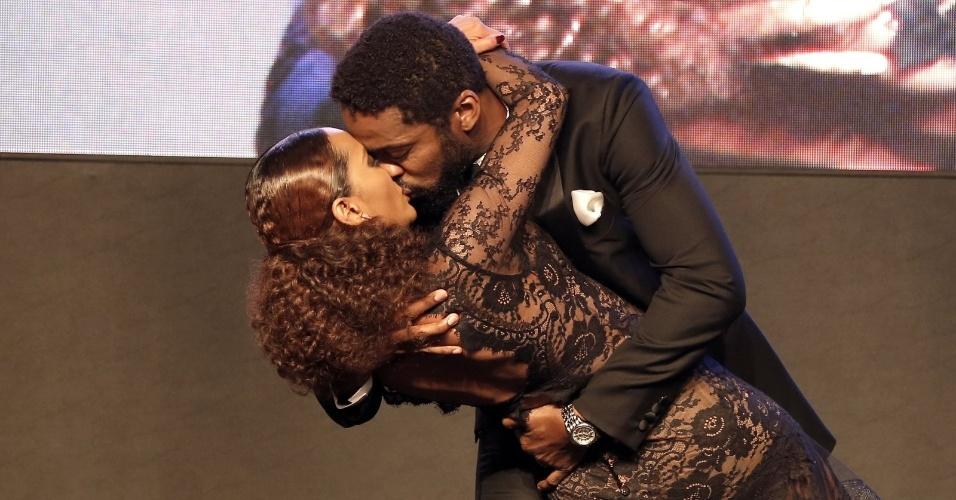 28.jul.2014 - O casal Lázaro Ramos e Taís Araújo se beija o palco da 16ª edição do Prêmio Contigo! de TV, realizado no hotel Copacabana Palace, no Rio