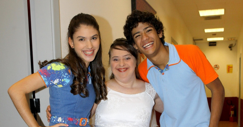 """29.jul.2014 - A atriz Rita de Cássia posa com os atores de """"Chiquititas"""", Giovanna Grigio que vive a Mili e Gabriel Santana, o Mosca"""