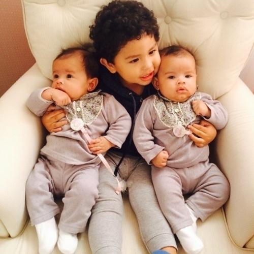 """29.jul.2014 - Dentinho mostra foto dos filhos, na qual Bruno Lucas, de 1 ano, aparece abraçado com as gêmeas Rafaella e Sophia, de três meses. """"Amo vocês"""", escreveu o jogador no Instagram"""