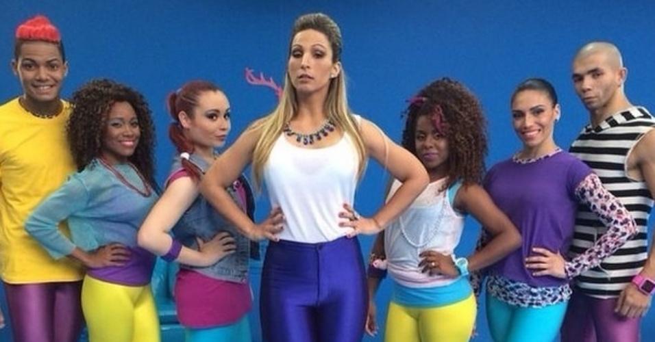 29.jul.2014 - Valesca Popozuda posa para foto ao lado de seus dançarinos em imagem do clipe da música