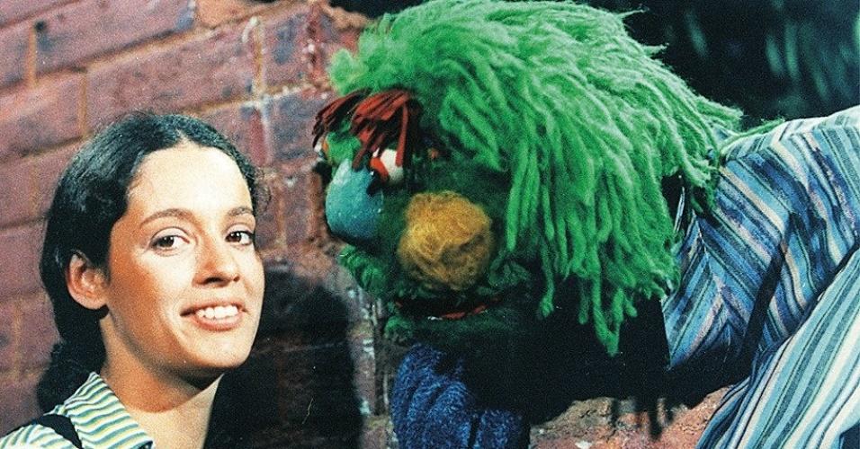 """A atriz Sônia Braga e o boneco Gugu, do programa infantil """"Vila Sésamo"""", transmitido de 1972 a 1977 na TV Cultura e Globo"""