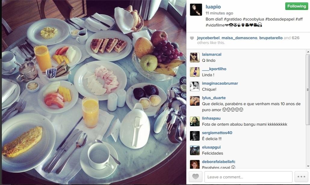 Luana Piovani mostra foto do café da manhã da comemoração do seu 1º ano de casamento