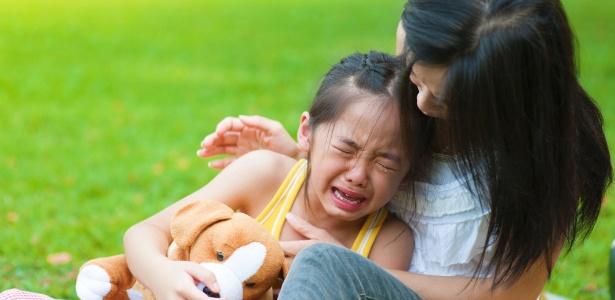 É a partir do diálogo que a criança começa a entender como lidar com a morte - Getty Images