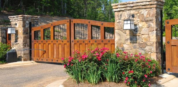 Portões de madeira e ferro combinam com construções de clima rústico e campestre - Getty Images