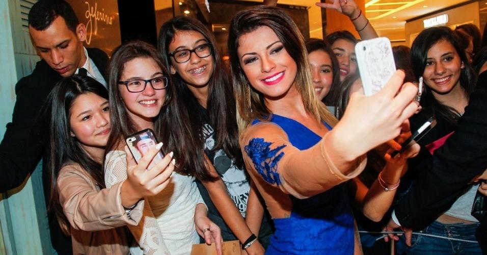 29.jul.2014 - A apresentadora Babi Rossi também faz fotos ao lado dos fãs na inauguração de uma loja da Rosa Chá no Shopping JK Iguatemi, na zona sul de São Paulo, nesta terça-feira