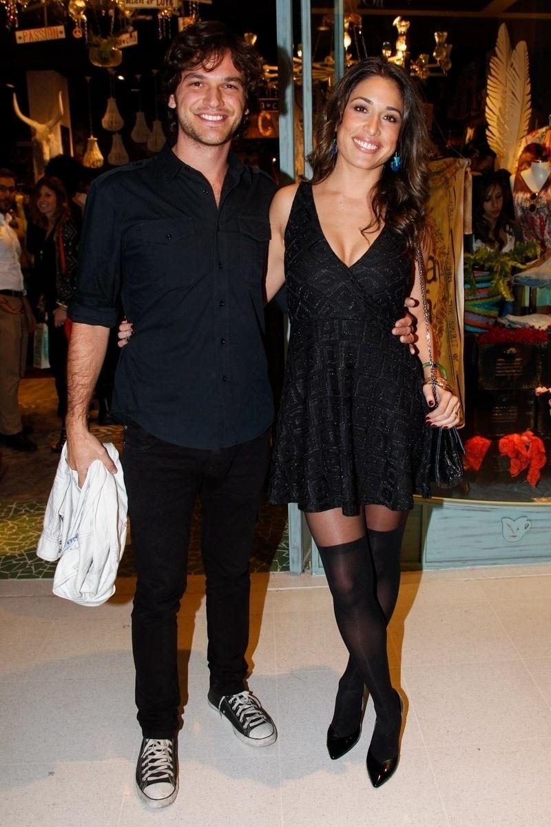 29.jul.2014 - A atriz Giselle Itié leva o marido, o ator Emílio Dantas, à inauguração de uma loja da Rosa Chá no Shopping JK Iguatemi, na zona sul de São Paulo, nesta terça-feira