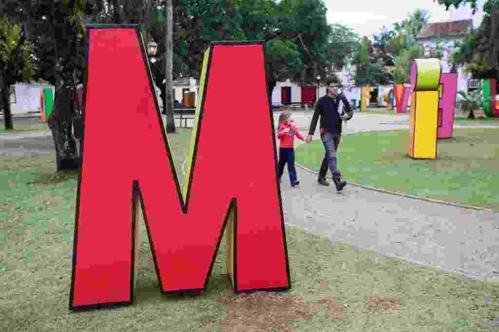 29.jul.2014 - Letreiros gigantes em homenagem a Millôr Fernandes são instalados na Praça da Matriz, em Paraty (RJ), para a Flip 2014 - Danilo Verpa/Folhapress