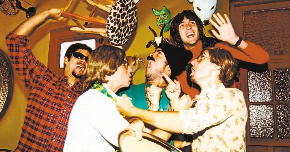 """Cena do programa """"Especial Hermes e Renato"""" apresentado na MTV.  Fausto Fanti (de camisa estampada, à direita), interpretava personagens como Renato, Claudio Ricardo e Bandido da Luz Vermelha, é o terceiro da esquerda para a direita"""