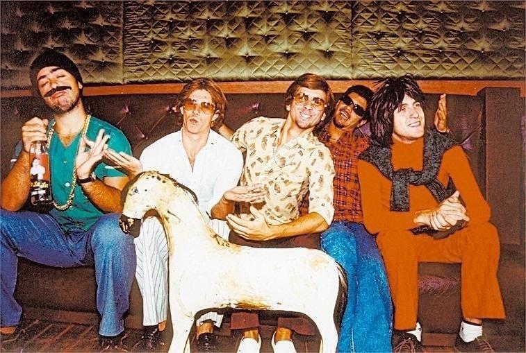 """Cena do programa """"Especial Hermes e Renato"""" apresentado na MTV. Fausto Fanti, que interpretava personagens como Renato, Claudio Ricardo e Bandido da Luz Vermelha, é o terceiro da esquerda para a direita, de camisa estampada"""