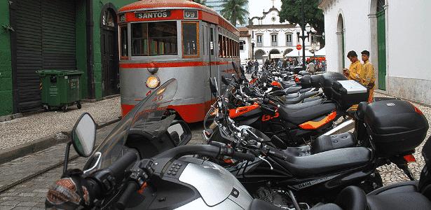 Motociclistas estacionam suas motos ao lado do trilho do bonde turístico de Santos - Mario Villaescusa/Infomoto - Mario Villaescusa/Infomoto