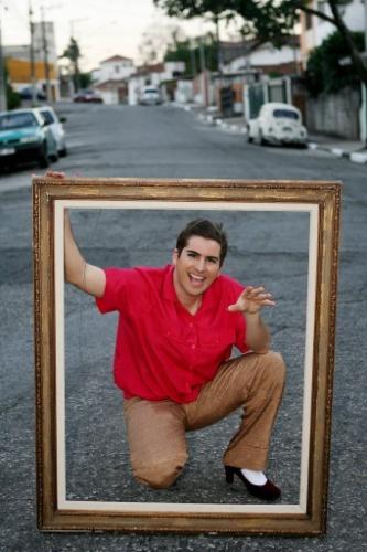 """19.jul.2006 - O humorista Fausto Fanti grava cenas da novela """"Sinhá Boça"""", quadro do humorístico """"Hermes e Renato"""", exibido pela MTV"""