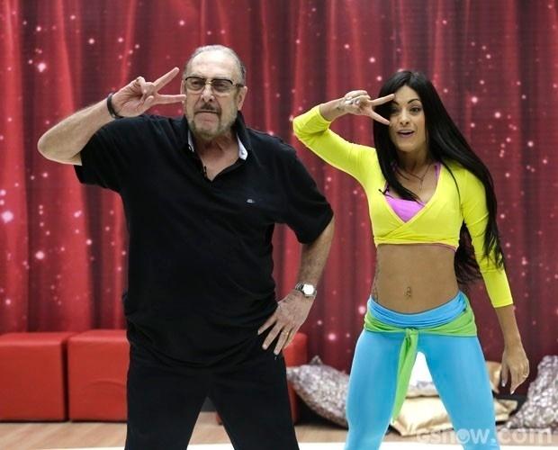 """31.jul. 2014- Miele brincou,riu e dançou no ensaio da primeira coreografia da """"Dança dos Famosos"""".Ele e a bailarina Aline Riscado prometem arrasar no Baladão"""