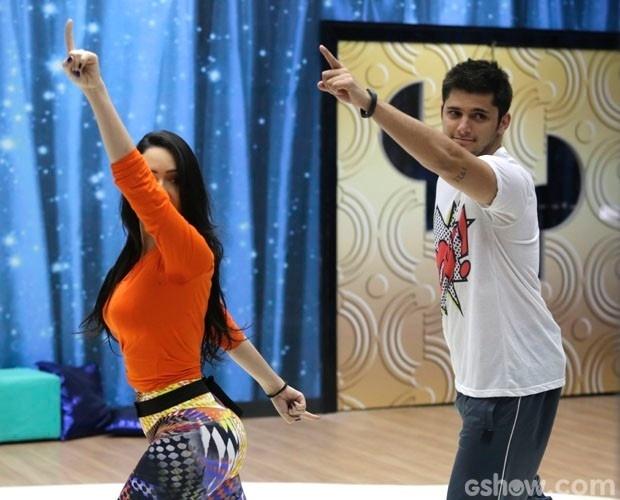 """31.jul.2014 - Bruno Gissoni brinca com bailarina Gabrielle Cardoso,que não dá moleza para o galã nos ensaios da """"Dança dos Famosos"""""""