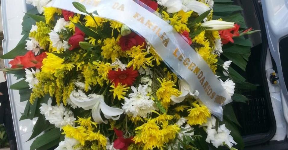 """31.jul.2014 - Coroa de flores enviada pela equipe do programa """"Legendários"""", do qual Fausto Fanti fez parte com o grupo """"Banana Mêcanica"""""""