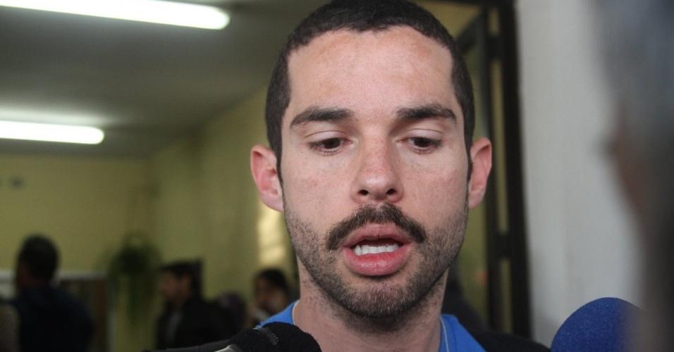 31.jul.2014 - Franco Fanti, irmão de Fausto Fanti, fala aos jornalistas no velório do humorista no cemitério do Araçá