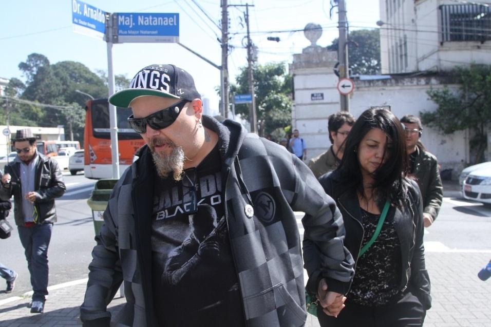 31.jul.2014 - João Gordo deixa o velório do humorista Fausto Fanti sem falar com a imprensa