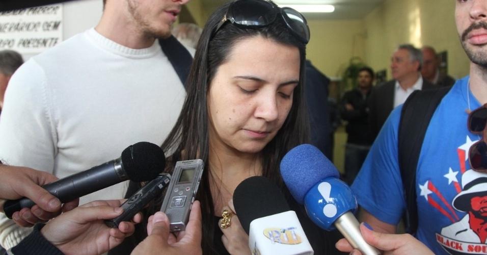 31.jul.2014 - Karla, mulher de Fausto Fanti, fala aos jornalistas no velório do humorista no cemitério do Araçá