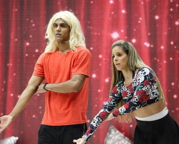"""31.jul.2014 - Marcello Melo Jr. está loiro? Sim,o ator resolveu estrear cabelos novos no ensaio da """"Dança dos Famosos"""". A peruca foi uma forma de homenagear a professora Raquel Guarini"""