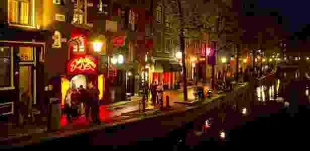 A Oudezijds Achterburgwal é a principal via do Distrito da Luz Vermelha - AFP PHOTO / ANP / KOEN VAN WEEL
