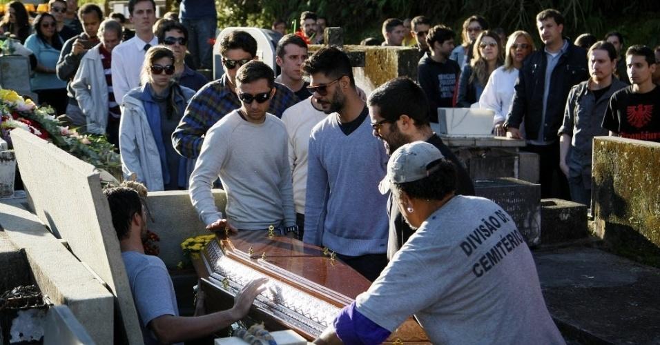 1º.ago.2014 - Amigos e familiares de Fausto Fanti se despedem do humorista, que é sepultado no jazigo da família no Cemitério Municipal de Petrólis, na região serrana do Rio de Janeiro