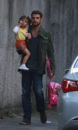 1.ago.2014 - Cauã Reymond é fotografado com a filha, Sofia, depois de buscar a menina na escola, na Barra da Tijuca, Rio de Janeiro