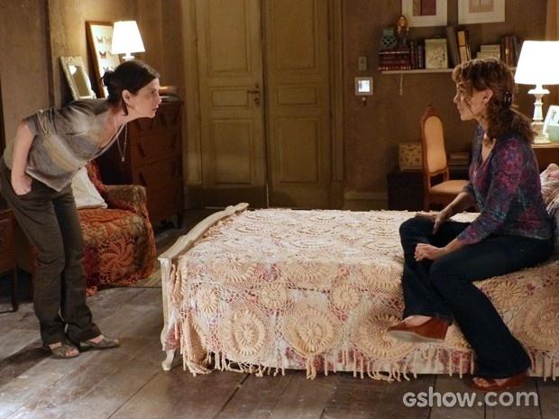1.ago.2014 - Cora discute com Cris, que proíbe que o nome do Comendador