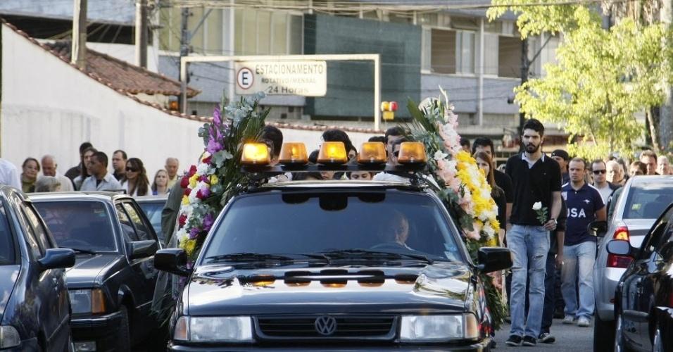 1º.ago.2014 - Cortejo acompanha o corpo de Fausto Fanti no Cemitério Municipal de Petrópolis, região serrana do Rio de Janeiro