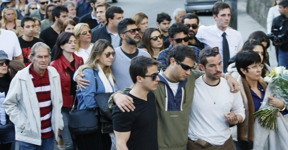 1º.ago.2014 - Familiares e amigos acompanham o cortejo antes do sepultamento de Fausto Fanti na cidade de Petrópolis, no Rio de Janeiro
