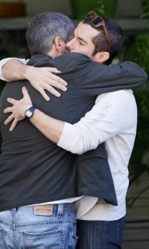 1º.ago.2014 - Franco Fanti, irmão de Fausto Fanti, abraça e conversa com amigos no segundo dia de velório do humorista, em Petrópolis, no Rio de Janeiro