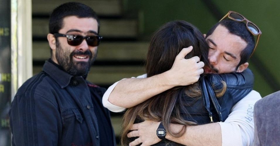 1º.ago.2014 - Franco Fanti, irmão do humorista Fausto Fanti, é consolado por amigos e familiares no segundo dia de velório em Petrópolis, no Rio de Janeiro