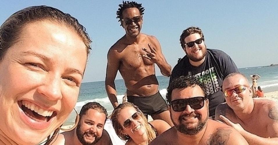 1.ago.2014 - Luana Piovani posta foto ao lado de amigos depois de ser abordada pelo repórter Vesgo do