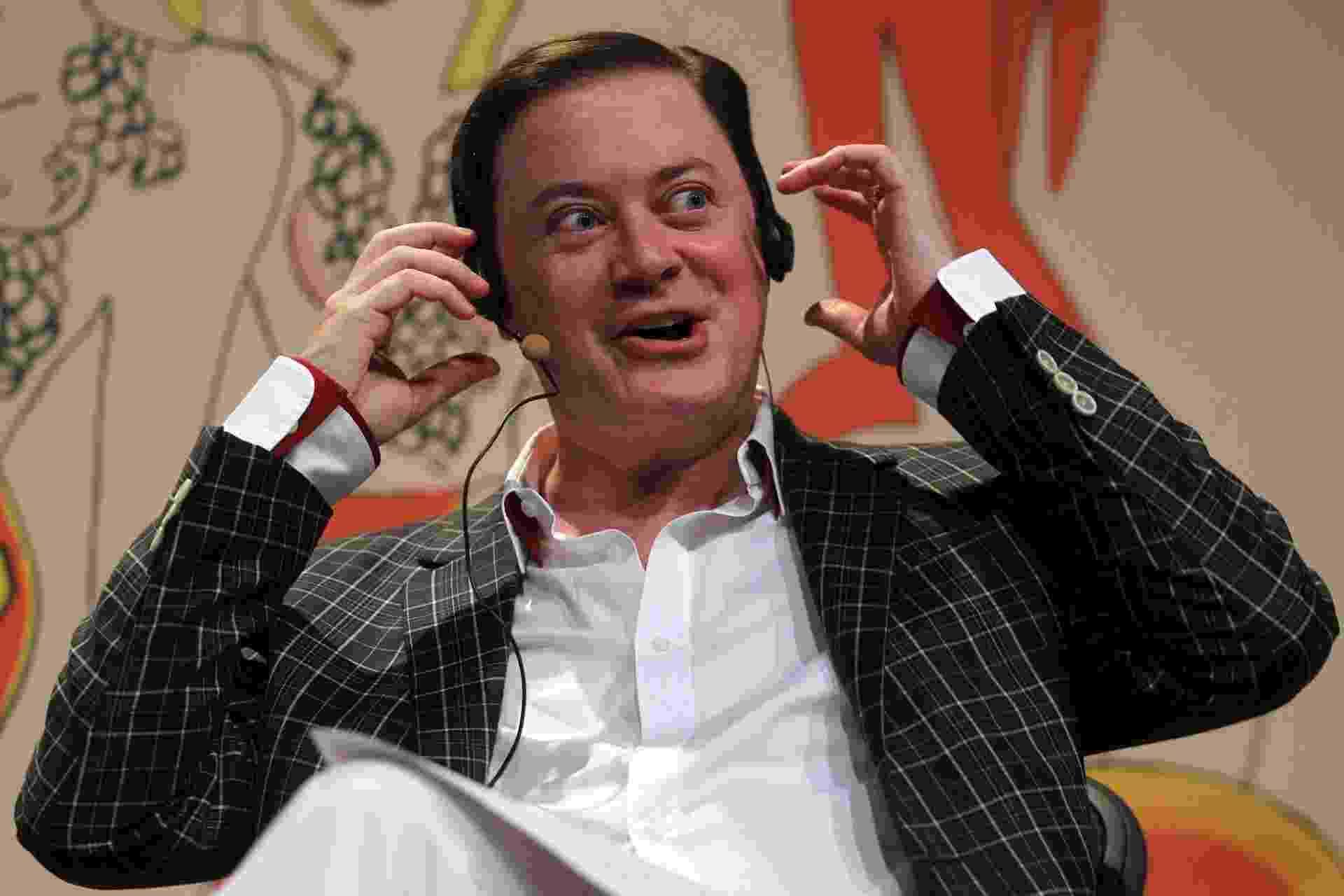 """1.ago.2014 - O jornalista norte-americano Andrew Solomon, durante a mesa """"Encontro com Andrew Solomon"""", realizada na Tenda dos Autores, na noite desta sexta-feira, durante o segundo dia da 12ª edição da Festa Literária Internacional de Paraty, a Flip - Marcos de Paula/Estadão Conteúdo"""