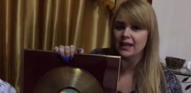 Em vídeo divulgado pelo Facebook, Ana Paula anuncia o leilão do disco de ouro que recebeu quando ainda era Paquita, em 1991