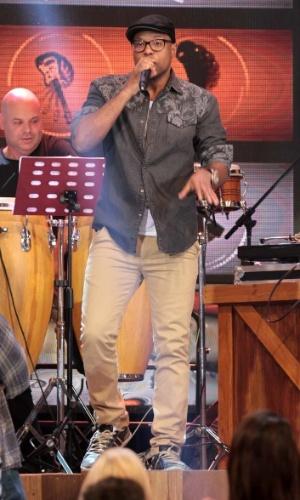 """31.jul.2014 - Buchecha solta a voz nas gravações do """"Altas Horas"""", comandado por Serginho Groisman, nos estúdios da Globo em São Paulo, nesta quinta-feira. O programa vai ao ar no sábado (2)"""