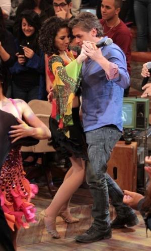 """31.jul.2014 - Fabio Assunção dança com uma das bailarinas durante a apresentação de Sidney Magal nas gravações do """"Altas Horas"""", comandado por Serginho Groisman, nos estúdios da Globo em São Paulo, nesta quinta-feira. O programa vai ao ar no sábado (2)"""