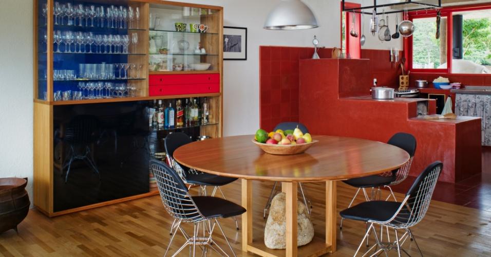 A ambientação da ala social possui a atmosfera singela e acolhedora das casas serranas, com utensílios de cozinha pendurados, cristaleira e fogão a lenha. A casa Dom Viçoso é um projeto do arquiteto Marcelo Ferraz