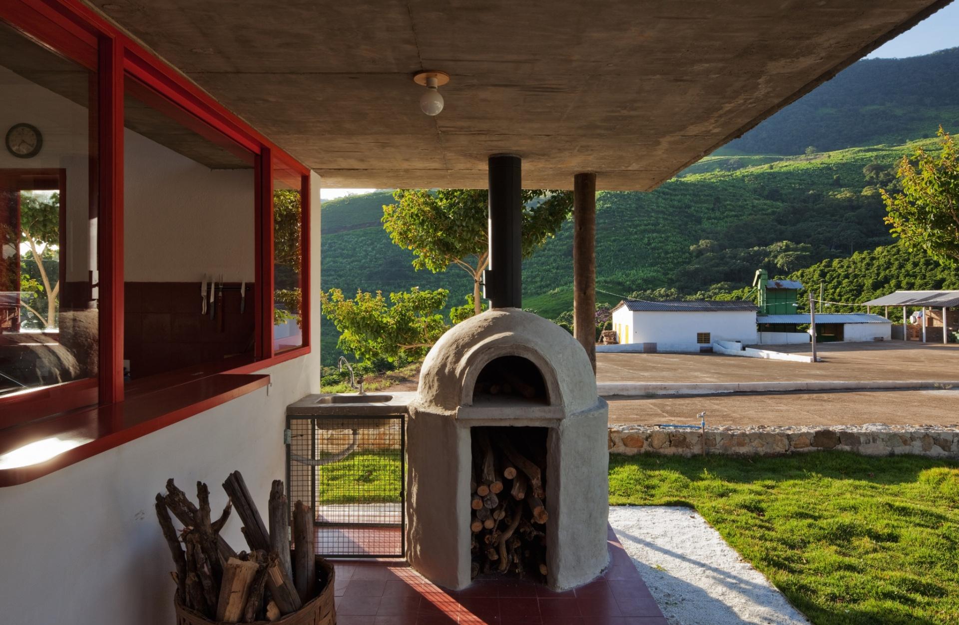 Uma das atrações da casa Dom Viçoso, projetada pelo arquiteto Marcelo Ferraz, é o forno a lenha instalado em uma das varandas. Ali, a família curte momentos deliciosos apreciando a culinária mineira