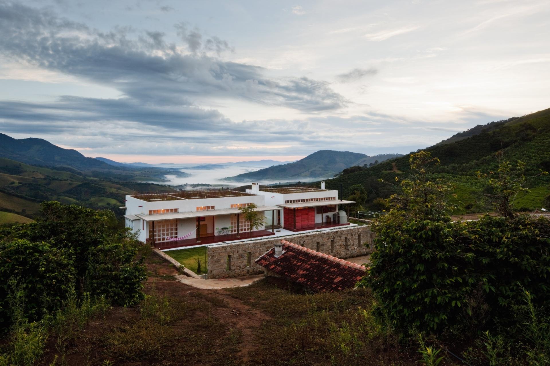 Na casa Dom Viçoso, com projeto do arquiteto Marcelo Ferraz, o espaço da cobertura - com laje plana de concreto e vigamento invertido - recebeu terra e vegetação. O muro de concreto ciclópico com aberturas delimita os espaços da casa-sede e da de hóspedes